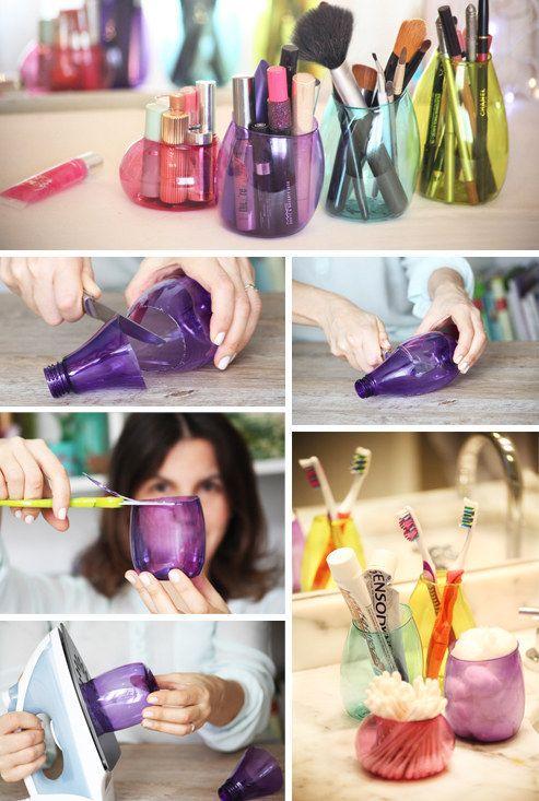 Set da bagno con bottiglie di plastica colorate